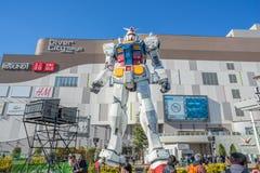 Staty av Gundam på den DivercCity Tokyo plazaen i Tokyo Arkivbilder