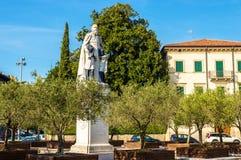 Staty av helgonet Daniele Comboni i Verona fotografering för bildbyråer