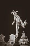 Staty av Hermes i gammal stad av Gdansk vid natt, Polen Royaltyfria Bilder