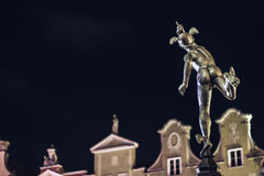 Staty av Hermes i gammal stad av Gdansk vid natt, Polen Arkivfoto