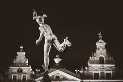 Staty av Hermes i gammal stad av Gdansk vid natt, Polen Royaltyfri Foto