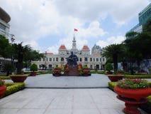 Staty av Ho Chi Minh och folks kommittébyggnad Arkivbilder