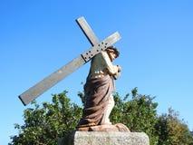 Staty av Jesus Christ det bärande korset Royaltyfri Foto