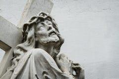 Staty av Jesus Christ med korset Arkivfoto