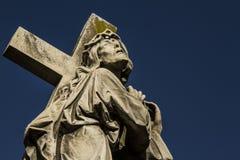 Staty av Jesus Christ med korset Arkivfoton
