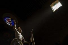 Staty av Jesus som är upplyst vid en stråle av ljus Royaltyfri Foto