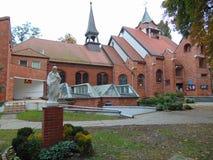 Staty av Jesus utanför en kyrka Arkivfoton