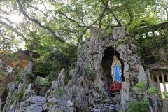 Staty av jungfruliga mary i grottan Arkivbilder