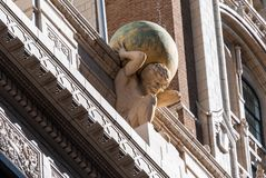 Staty av kartboken upptill av kartboklivbyggnad i Tulsa, reko royaltyfri foto