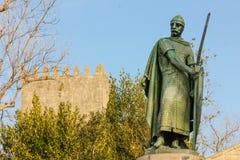 Staty av konungen Afonso Henriques Guimaraes portugal arkivfoton