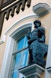 Staty av konungen i arkitektur av byggnader av eran av symbolismen Arkivbild