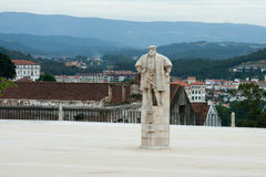 Staty av konungen Joao III i gården av universitetet av Coimbra arkivbild