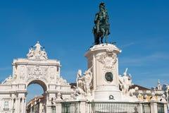 Staty av konungen Jose I och den triumf- bågen i Lissabon, Portuga Arkivfoton