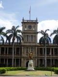 Staty av konungen Kamehameha i i stadens centrum Honolulu Arkivbild