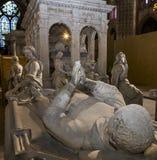 Staty av konungen Louis XII i basilika av St Denis Arkivbild