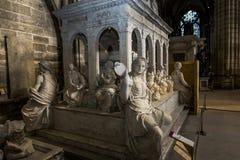 Staty av konungen Louis XII i basilika av St Denis Arkivfoto