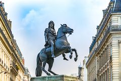 Staty av konungen Louis XIV i Victory Square i Paris arkivfoto