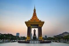 Staty av konungen Norodom Sihanouk, Phnom Penh, loppdragningar Arkivbild