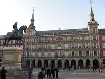 Staty av konungen Philip III på mitten av Plazaborgmästarefyrkanten i Madrid, Spanien arkivbilder