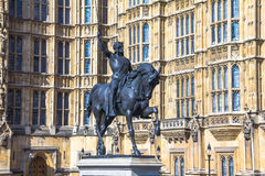 Staty av konungen Richard I på den gamla slottgården av den Westminster slotten Arkivfoto