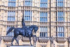 Staty av konungen Richard I på den gamla slottgården av den Westminster slotten Royaltyfri Bild
