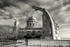 Staty av konungen Saint Stephen och basilikan i Esztergom, colorles Royaltyfri Foto
