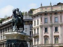 Staty av konungen Vittorio Emanuele II i domkyrkafyrkanten till Milan, Italien fotografering för bildbyråer