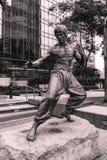 Staty av kung fufilmskådespelaren Bruce Lee i Hong Kong China arkivbilder