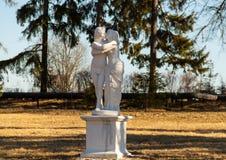 Staty av kyssande par Royaltyfria Foton