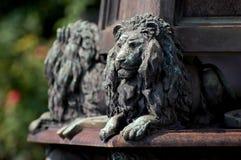 Staty av lejon på kyrkogården i Milan Royaltyfria Foton