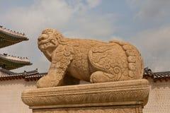 Staty av lejon-som varelsen Haechi i den Gyeongbokgung slotten Royaltyfria Bilder