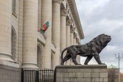 Staty av lejonet av slotten av rättvisa i stad av Sofia, Bulgarien Royaltyfria Foton