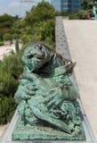 Staty av lejonet som äter en fågel på botaniska trädgården av Bryssel Royaltyfri Foto
