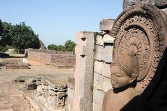 Staty av Lord Buddha i stupa på Sanchi, Indien Arkivfoton