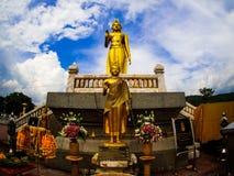 Staty av Lord Buddha på Khao Kho Hong Mountain Arkivbilder