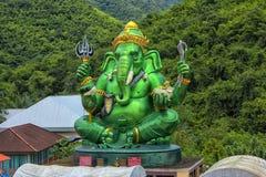 Staty av Lord Ganesh med Kuan Yin Saker till förmögenhet royaltyfria foton
