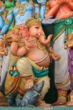 Staty av Lord Ganesha som kliver på en mus Arkivbild