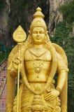 Staty av Lord Murugan med trappuppgången som leder till de Batu grottorna på bakgrunden i Kuala Lumpur, Malaysia Royaltyfria Foton