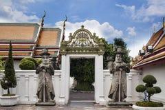Staty av män på den Wat Pho templet i Bangkok Arkivbild