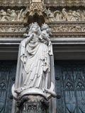 Staty av Madonna med en behandla som ett barn Fotografering för Bildbyråer