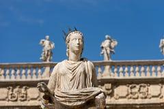 Staty av Madonna Verona - piazzadelle Erbe Italien arkivbild