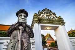 Staty av mannen (portvakt) på den Wat Pho templet i Bangkok, för gränsmärke och för nr. 1 turist- dragningar i Thailand. Arkivbild
