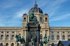 Staty av Maria Theresa och museet av naturhistoria i bakgrund Royaltyfri Fotografi