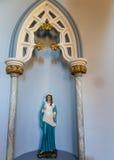 Staty av Mary i alkov arkivbilder