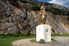 Staty av Mary, nära den Mary kyrkan royaltyfria bilder