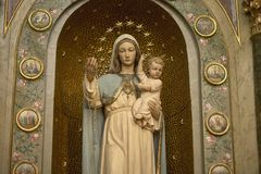 Staty av Mary som rymmer en behandla som ett barn Jesus Royaltyfri Foto