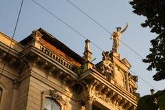 Staty av Mercury - ett viktigt romerskt gudanseende på en byggnadsfasad royaltyfri bild