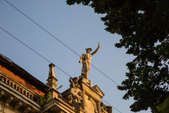 Staty av Mercury - ett viktigt romerskt gudanseende på en byggnadsfasad royaltyfri fotografi