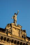 Staty av Mercury - ett viktigt romerskt gudanseende på en byggnadsfasad fotografering för bildbyråer