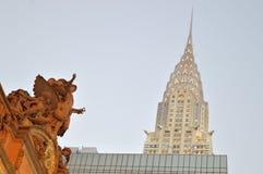 Staty av Mercury på Grand Central och den Chrysler byggnaden Fotografering för Bildbyråer